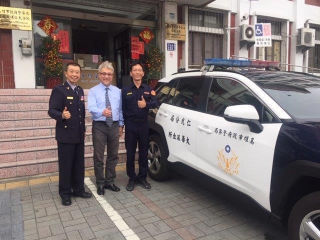 長興材料公司捐贈一部全新的巡邏車給高市仁武警分局,董事長高國倫(中)代表公司捐贈。記者徐白櫻/翻攝