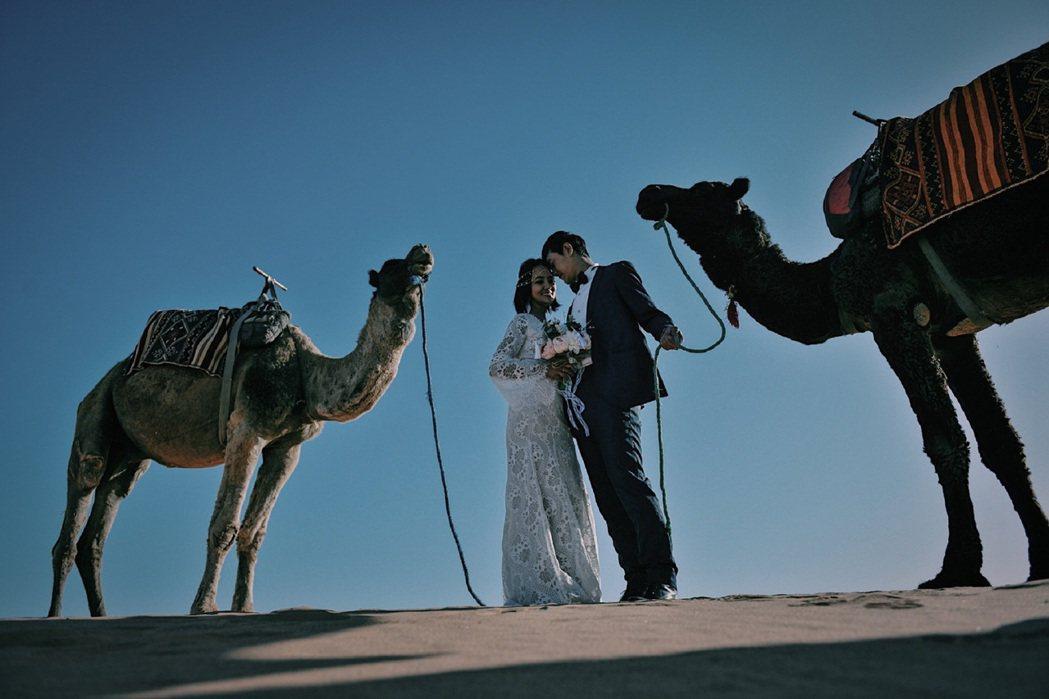 張勛傑(右)與旅遊達人唐宏安甜蜜拍婚紗照。圖/八大提供