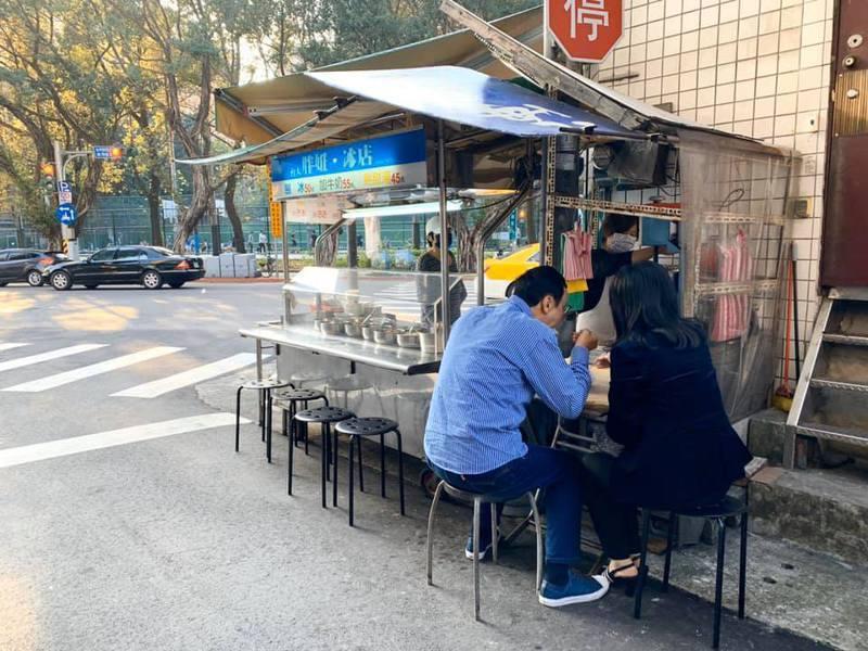 情人節前夕,朱立倫今天抽空跟太太吃一碗剉冰。從學生時代吃到現在快四十年的小攤,是他和太太之間簡單的幸福。圖/取自朱立倫臉書