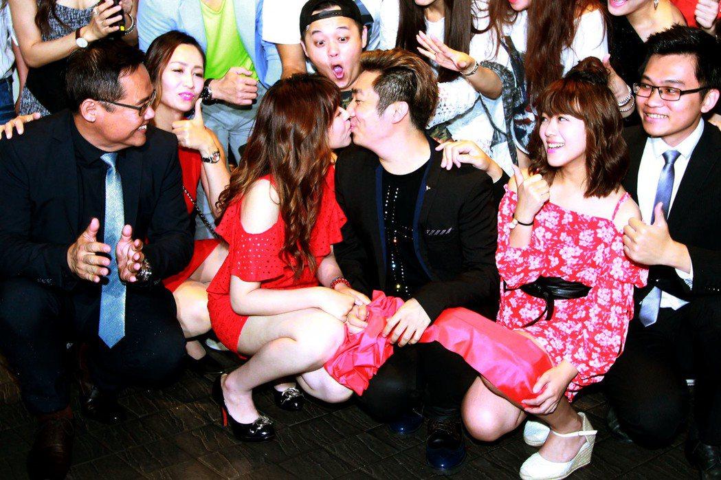 艾成、王瞳當年「艾叻沙」第一家店開幕時親吻甜蜜景象。圖/本報資料照