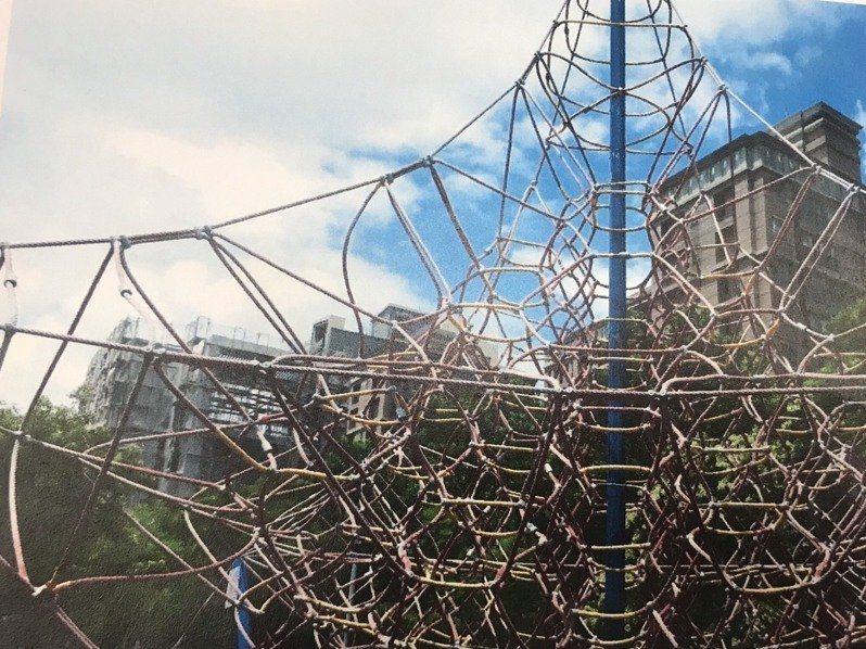新竹縣「竹北繩索公園」因具有挑戰性,被特公盟譽為全台15座特色公園之一,後因遊具老舊而拆除,明天將舉辦遊具更新說明會。圖/竹北市公所提供
