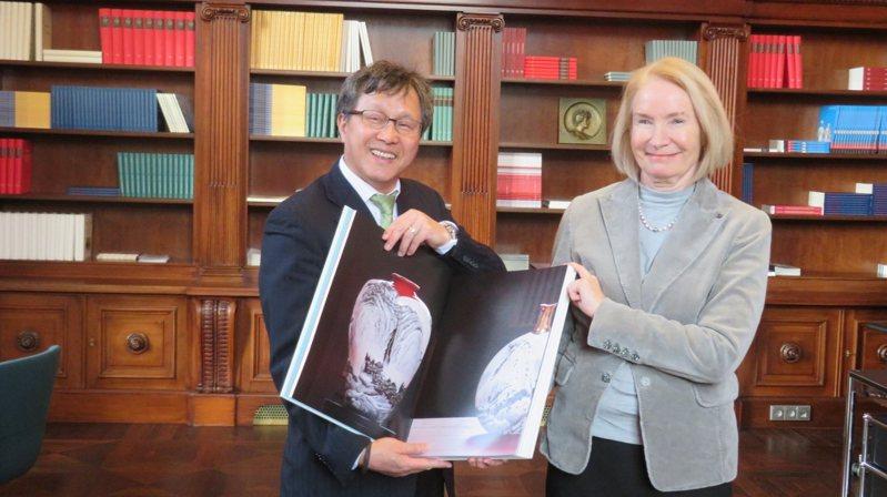 台灣駐德國大使謝志偉(左)致贈《法藍瓷.經典一百》一書贈予「柏林國家圖書館」典藏,右為柏林國家圖書館館長史奈德康普(Barbara Schneider-Kempf)。駐德國代表處/提供
