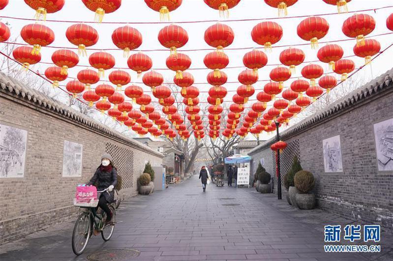 受疫情影響,北京南鑼鼓巷12日依然行人稀少。 (新華網)