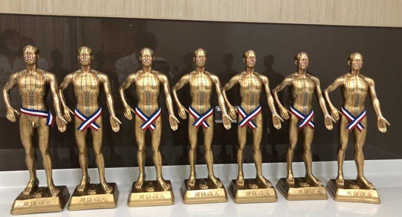 義守大學贈送外籍學生的「小金人」是中醫院常見的十八銅人像經典版,高約54公分。圖/義守大學提供
