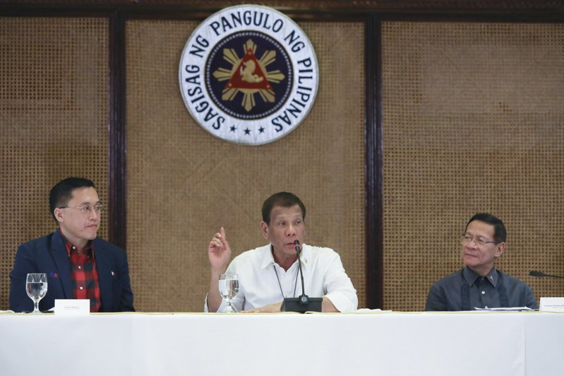 菲律賓總統杜特蒂(中)決定維持對台灣的旅行禁令。歐新社