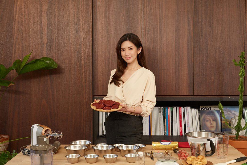趙岱新學做甜點。圖/TVBS提供