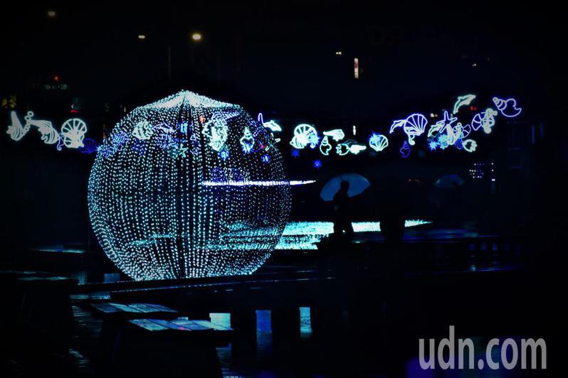 「幸福下一站-藍調中港」光雕show活動每天晚上6點到10點半可以看到。圖為池中央的大球。記者江婉儀/攝影