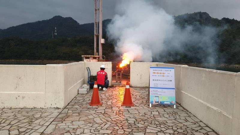 石門水庫下午燃放兩支焰劑增雨。圖/北區水資源局提供