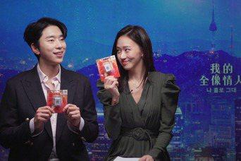 尹賢敏(左)、高聖熙獲得麻將發一卡通願「大發」。圖/Netflix提供
