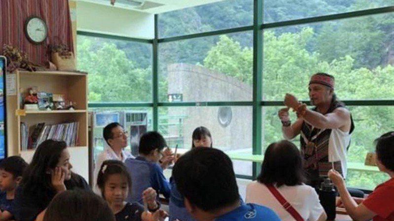 鄭保雄是全臺唯一以製作口簧琴為業的口簧琴職人。圖/參山國家風景區管理處提供