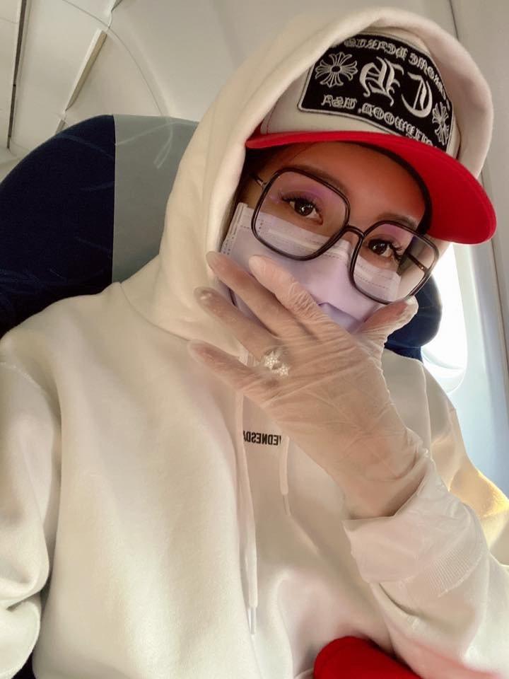 吳亞馨戴口罩、眼鏡、帽子全副武裝飛上海。圖/摘自臉書