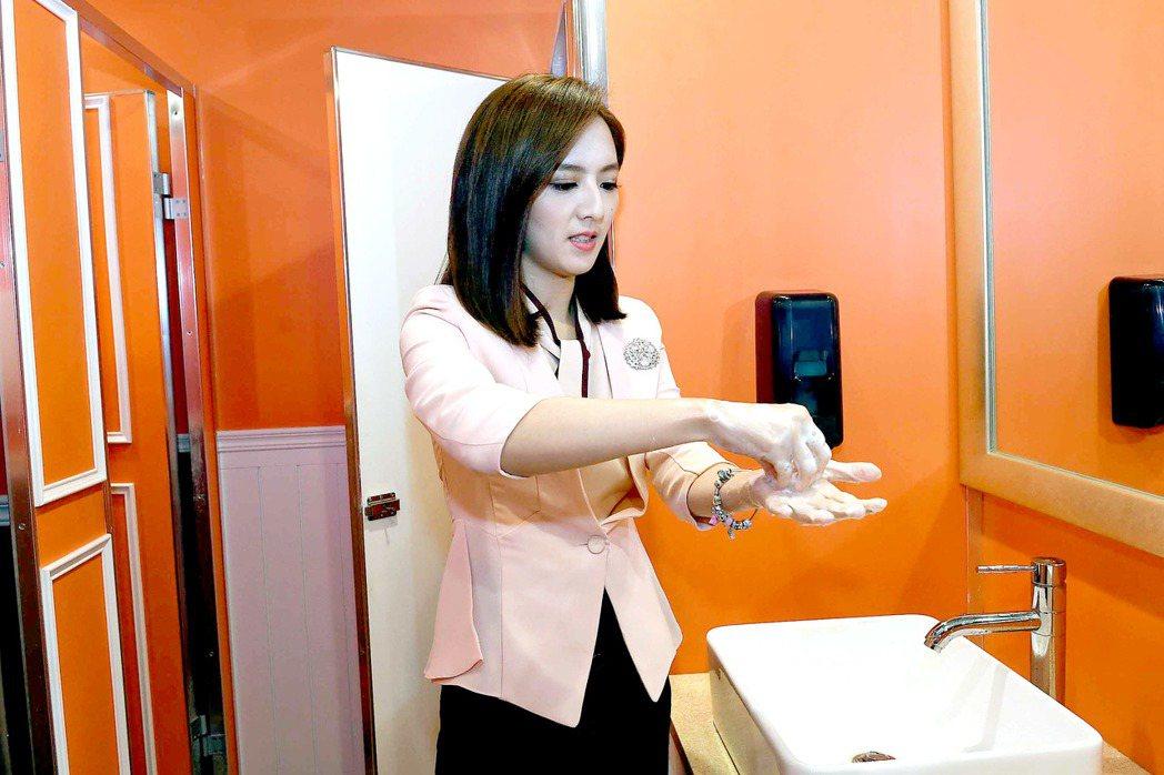 房業涵教民眾如何正確洗手。圖/華視提供