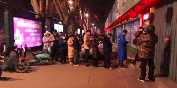 二月初,大陸各大城市民眾排隊搶買中成藥雙黃蓮口服液。(今日頭條)
