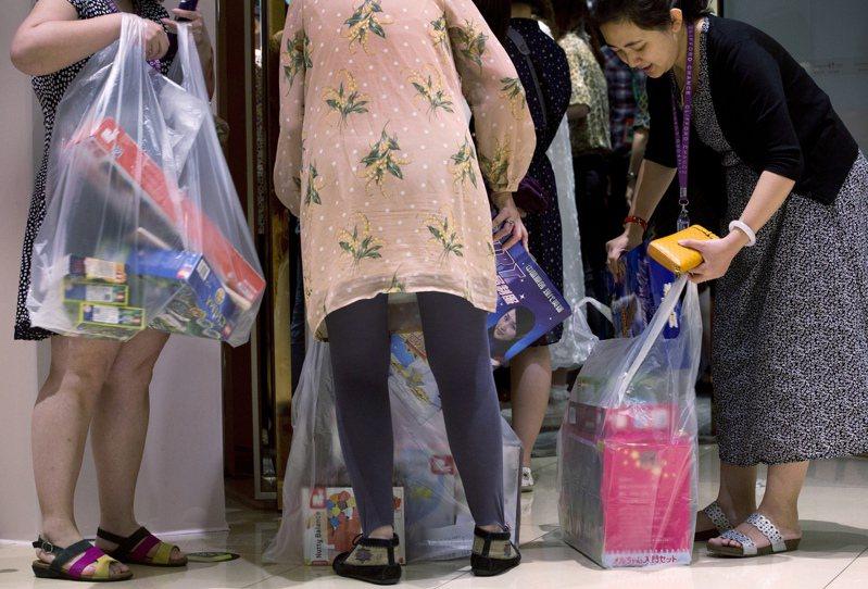 中國上月19日宣布,大城市的多數商店及外帶餐點從今年底開始禁用非生物分解的塑膠袋。美聯社