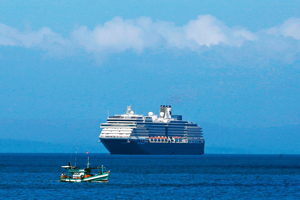 威士特丹號郵輪在海上流浪近兩周後,十三日準備停靠柬埔寨施亞努市。 路透