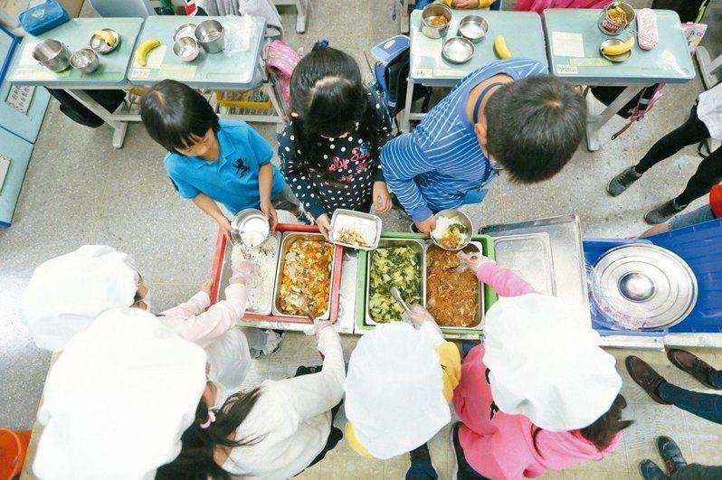 北市教育局宣布,為了讓國中小低收入戶學童的營養午餐不中斷,已發放約300萬餘元的營養午餐費。 圖/聯合報系資料照片