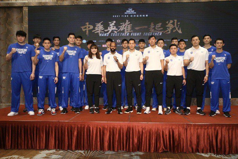 中華男籃隊昨在記者會一同亮相,誓言捍衛主場。記者林俊良/攝影
