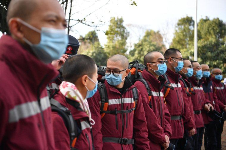 中國大陸雲南省支援湖北省的醫護人員,12日集體剃光了頭髮。 (中新社)