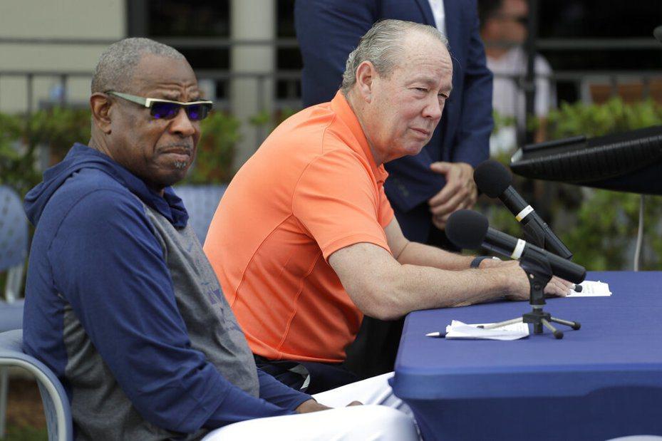 太空人老闆克蘭(右)帶領新教頭貝克(左)領球員們對偷暗號事件道歉。 美聯社