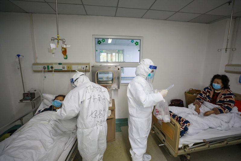 張宏文(化名)花了9天的時間,經過3次血樣檢測後,才讓染上新冠肺炎的母親得到住院治療。 示意圖/歐新社