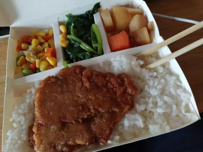 隔離學生上網記錄每日三餐飲食,並拜託網友留言陪他聊天,不然感覺好孤單。 圖/取自Dcard