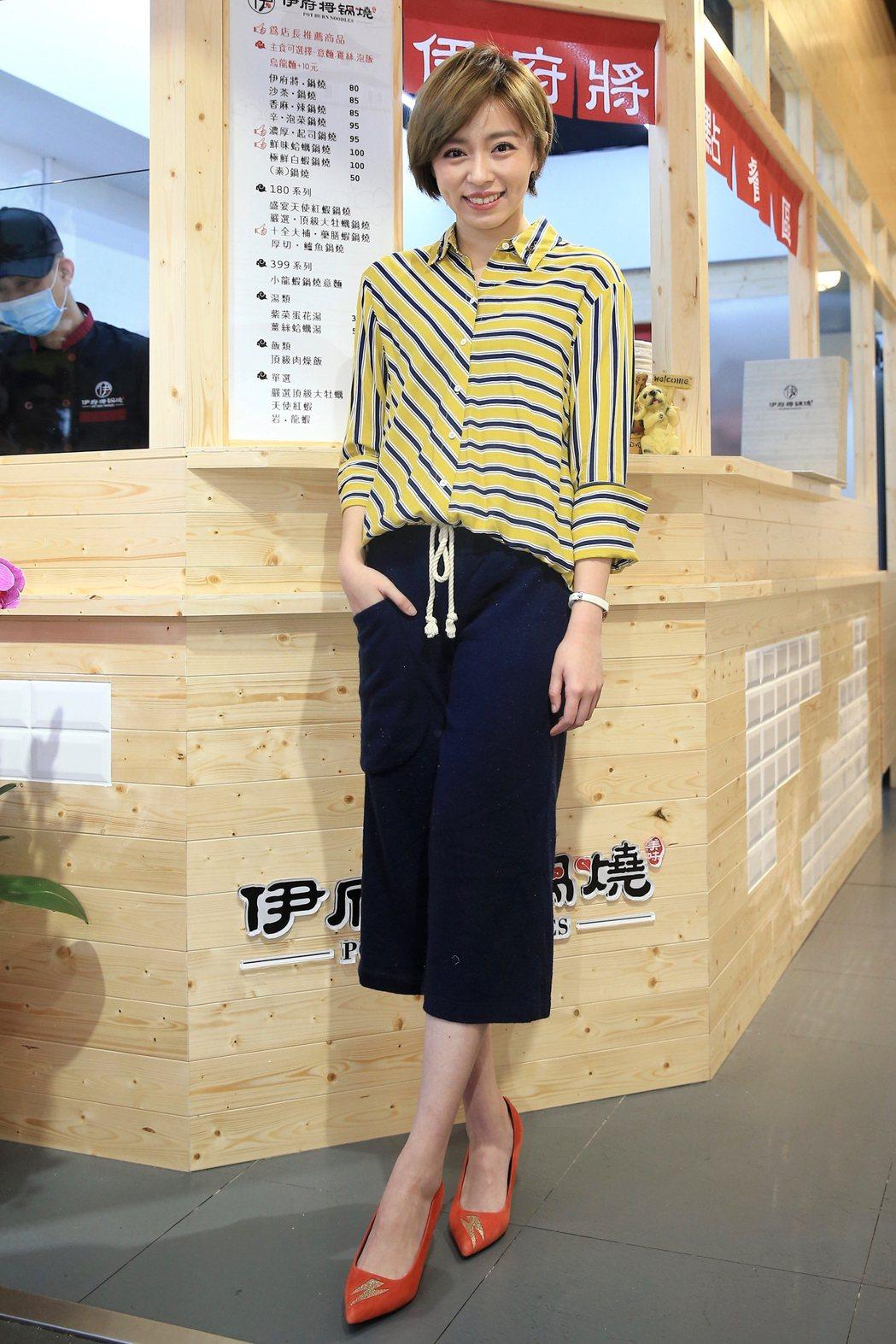王瞳擔任鍋燒意麵的一日店長。記者林伯東/攝影