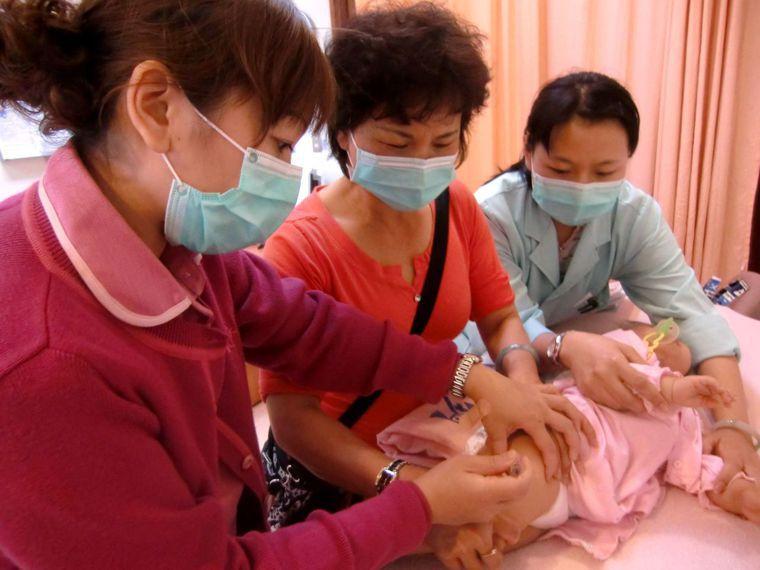 醫生建議懷孕婦女、嬰兒照顧者可自費接種一劑疫苗,以降低嬰幼兒感染機會。 圖/聯合...