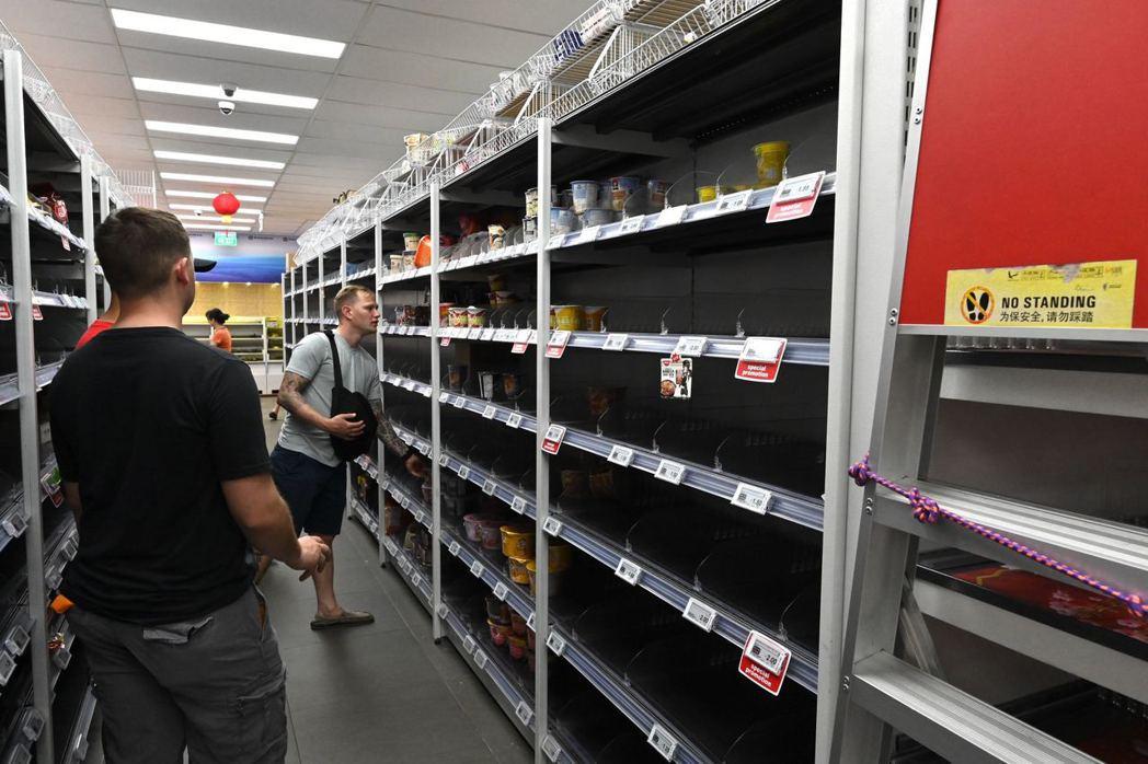 新加坡政府上周提高健康警報層級,民眾因此感到恐慌,湧入超商將米、泡麵和衛生紙等民...