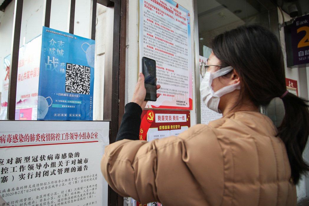 為應對新冠肺炎疫情,貴州貴陽對所有小區實行掃碼出入登記制度,市民需掃描相關二維碼...