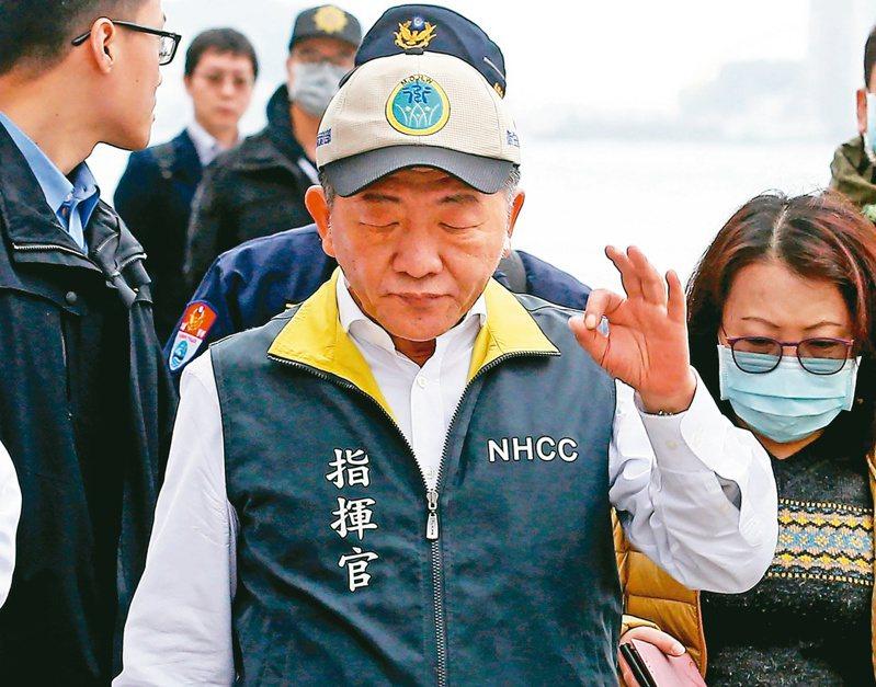 防疫指揮官陳時中上寶瓶星號視察檢疫工作,下船時,比出OK手勢。圖/聯合報系資料照片