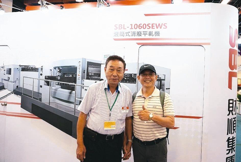 財順集團總經理江新財(左)與買主合影。 金萊萊/攝影