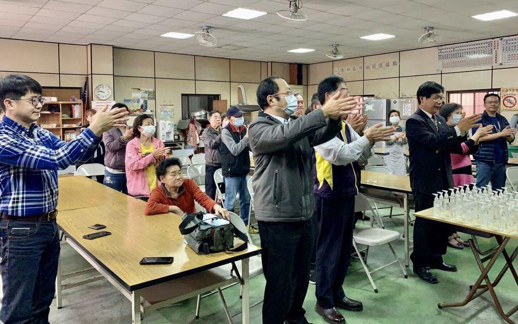 曾信超校長(前排左三)帶領學校USR師生團隊示範如何正確清洗雙手。  中華醫事科...