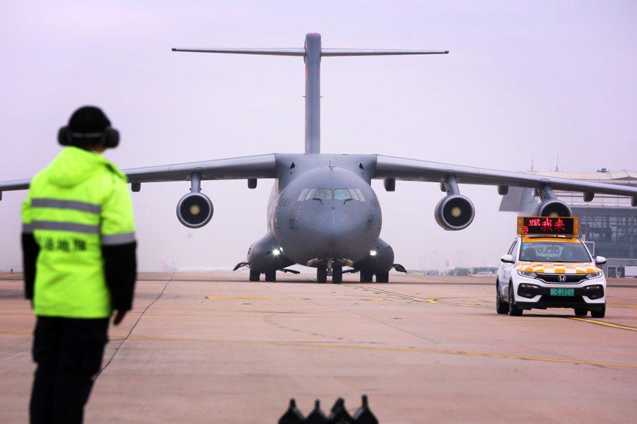 空軍11架運輸機抵武漢。 中國新聞社