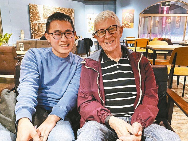 去年引起全國矚目的趙守泉(左)和安迪,12日在苗栗市戶政事務所完成結婚登記。 記者劉星君/攝影