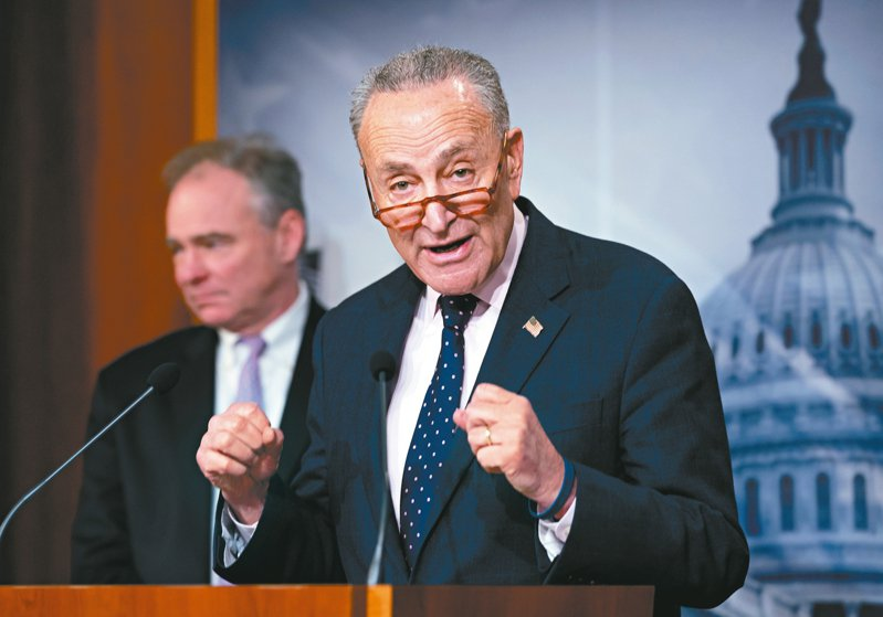 美國參議院13日表決通過伊朗戰爭權力決議案,限制總統川普對伊朗動武。圖為參院少數黨領袖舒默(右)舉行記者會。 美聯社