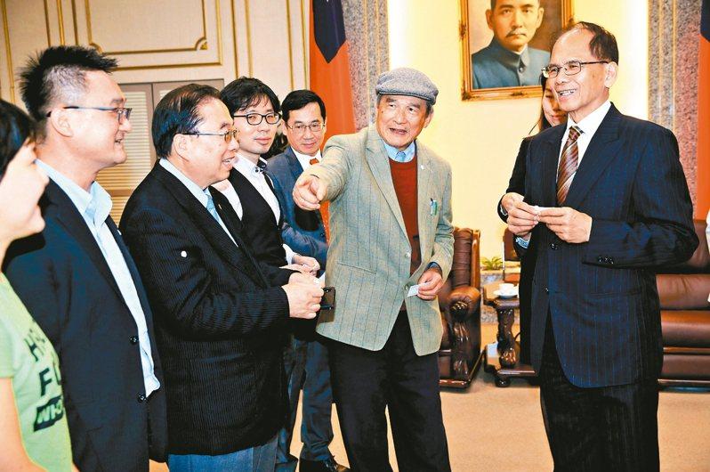 聯合國協進會理事長蔡明憲(右二)等人昨天拜會立法院長游錫堃(右一),希望新會期能通過台灣加入WHO決議文。 記者潘俊宏/攝影