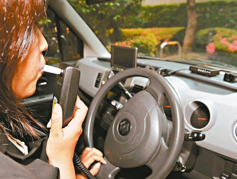 酒駕累犯或肇事致人重傷死亡者,重新考領駕照後只能開加裝酒精鎖的車輛,否則不能開車上路。 法新社