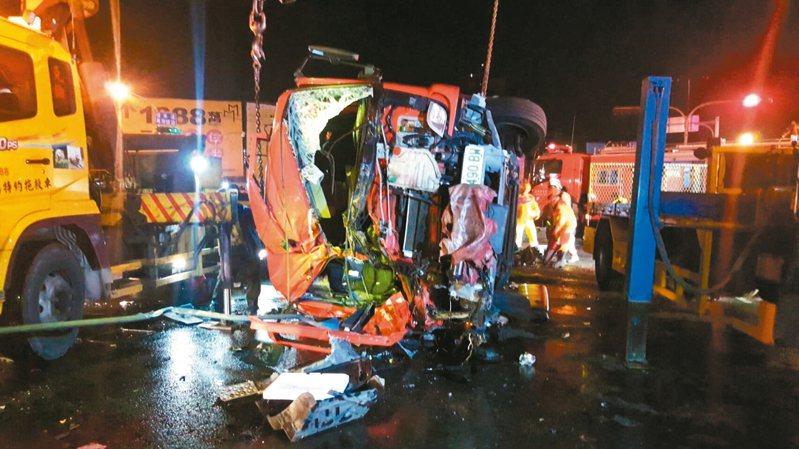 高雄市鳳祥消防分隊一輛消防水箱車昨晚出勤時與貨櫃車發生車禍,造成消防小隊長馮永昌不幸殉職,四名消防隊員輕重傷。 記者林保光/翻攝