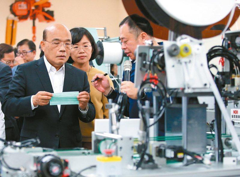 行政院長蘇貞昌(左一)上午到鶯歌視察口罩生產機械製造廠,瞭解生產流程。 記者林澔一/攝影