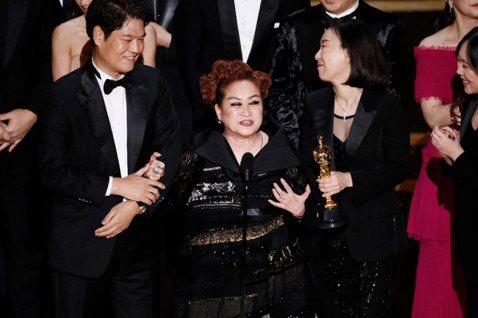 南韓電影「寄生上流」劇組上台受領第92屆奧斯卡最佳影片獎時,本片執行製作人李美敬最後致詞,她來自南韓最富有的家族。「寄生上流」是一部描述貧富差距現象的社會諷刺電影。法新社報導,南韓導演奉俊昊(Bon...
