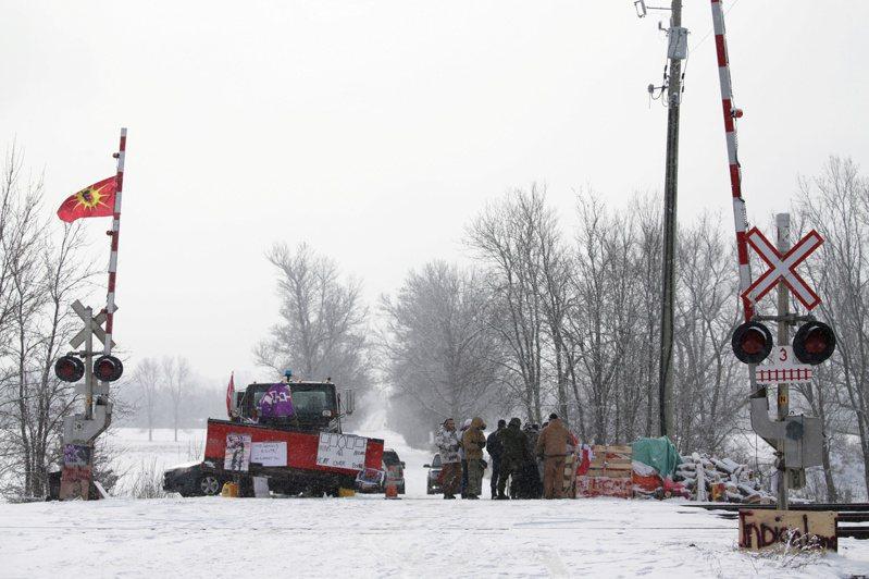 加拿大國家鐵路公司今表示,原住民抗議天然氣管線興建工程,迫使東部鐵路系統暫停營運。 路透社
