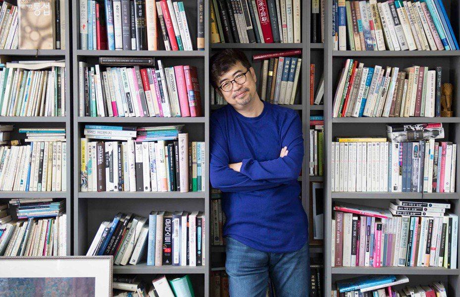 南韓作家金琸桓以MERS風暴為本,撰寫新作「我要活下去:韓國MERS風暴裡的人們」一書,對染病者受到排擠,他表示,傳染病擴散絕不是個人的錯誤,而是系統出現問題;跨國境的合作才是最重要的。(時報文化提供)中央社