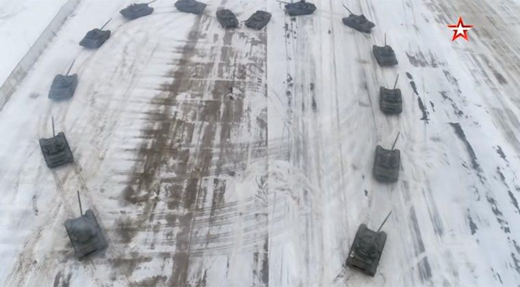 俄羅斯軍人以16台坦克車圍成心形向女友求婚。 圖/擷取自youtube