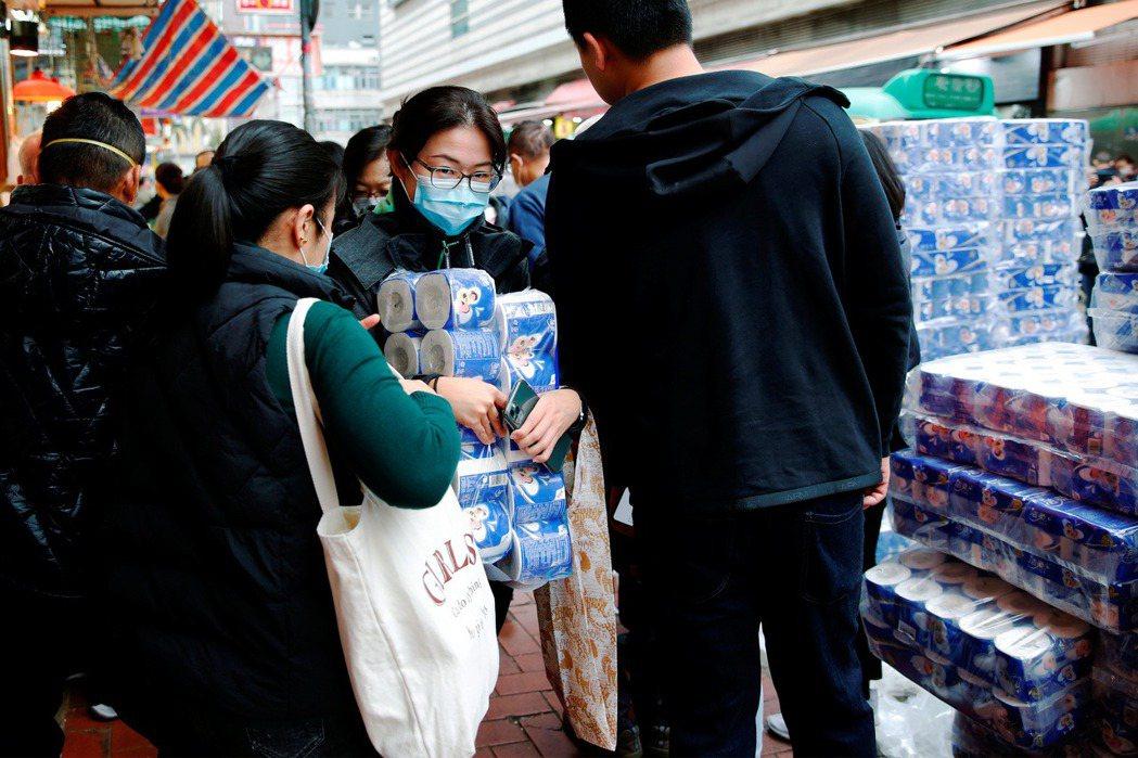 繼口罩之後,香港民眾也開始排隊購買衛生紙。 圖/路透社
