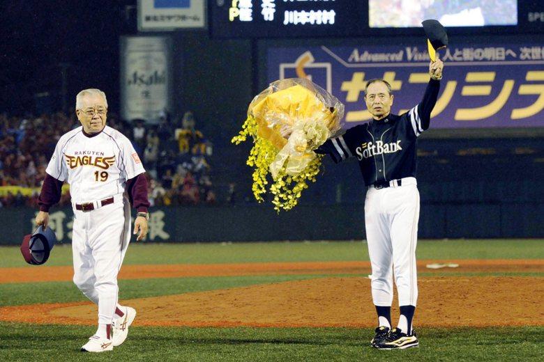 2008年,軟銀監督王貞治(右)告別50年棒球生涯,野村克也獻花祝福。 圖/美聯...