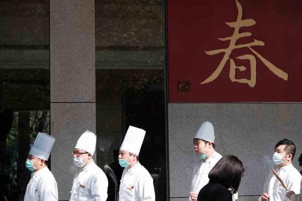 新冠肺炎讓台灣餐飲業接取消訂位電話接到手軟,春天急轉為寒冬。 圖片來源:劉國泰攝
