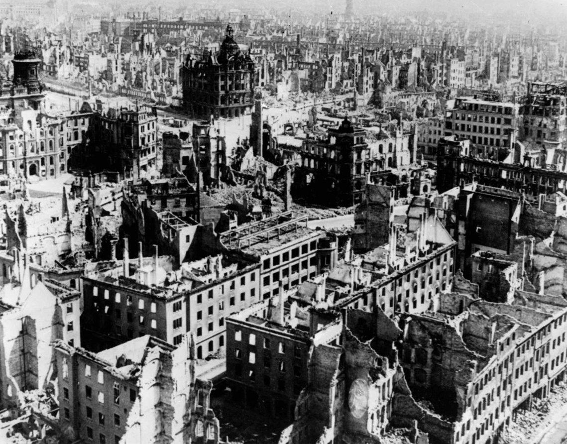 德勒斯登大大轟炸過後半年,打了6年的第二次世界大戰終於結束,並以納粹德國的全面潰...