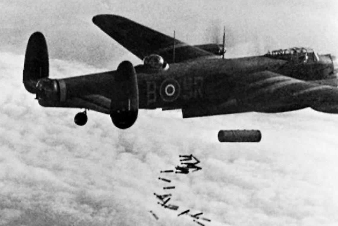 1945年2月13日晚上,英國皇家空軍的蘭開斯特轟炸機,向德勒斯登展開夜襲。 圖...