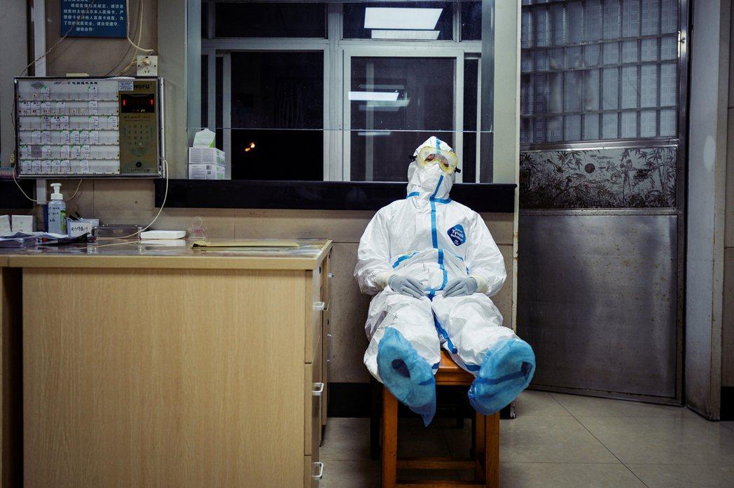 武漢肺炎的「醫療人力消耗戰」:中國醫護1,716名感染,6人死亡