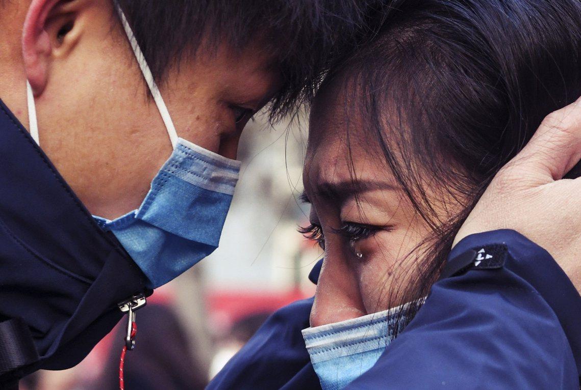 新疆出發的醫護動員團,男醫護出發武漢前和女友道別。 圖/新華社